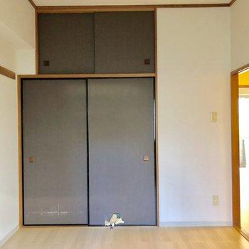 【洋室6帖】反対側には収納が※写真はクリーニング前のものです