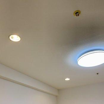 LEDライトに間接照明も付いて、お部屋が明るいんです。