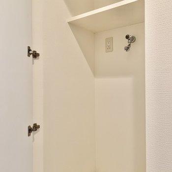 洗濯機は玄関横ですよ。扉で隠すこともできます。