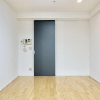 ドアはシックな黒!