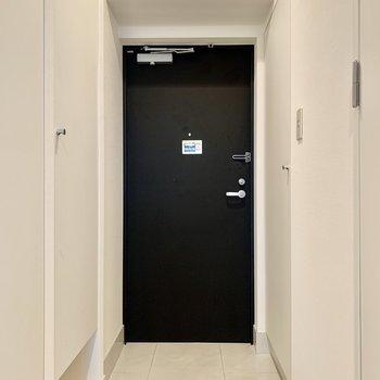 玄関はフラット。ライトもしっかり明るいです。