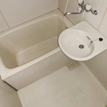 お風呂はスタンダードな広さ。(※写真はフラッシュ撮影をしています)