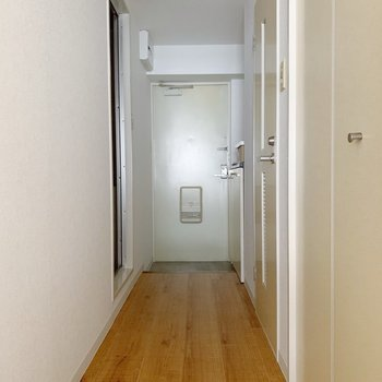 廊下部分は長め。右に洗濯機置場、トイレ、左にお風呂があります。