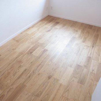こちらは約6帖の洋室。無垢が気持ちいい~※写真は前回募集時のものです