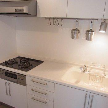 キッチンは人工大理石・広々3口コンロ。料理がはかどります※写真は前回募集時のものです