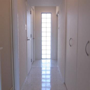 廊下にも扉がたくさん(※写真は5階の同間取り別部屋のものです)
