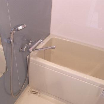お風呂には浴室乾燥機付き(※写真は5階の同間取り別部屋のものです)
