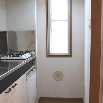 キッチンへ。窓が付いているので手元が明るいです