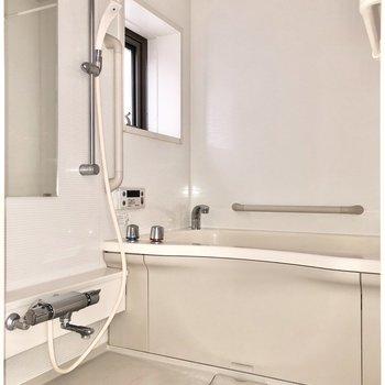 お風呂には小窓付きで換気も簡単にできますね※写真はフラッシュを使用して撮影しています