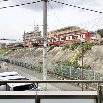 窓からは電車がこんなに近くで見られます