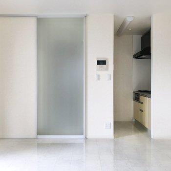 左のドアの先には玄関があります