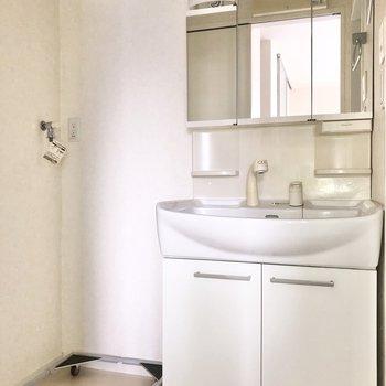 サニタリールームへ入ると、洗面台と洗濯機置場がお出迎え※写真は通電前のものです