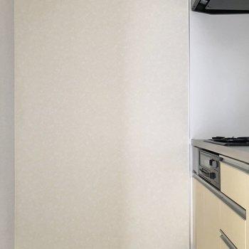 キッチンの正面に冷蔵庫やラックが置けます※写真は通電前のものです