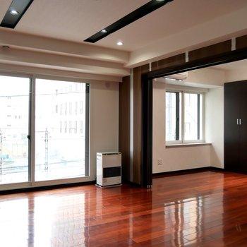 濃い床色で、ぐっと高級感♪※写真は同間取り別部屋