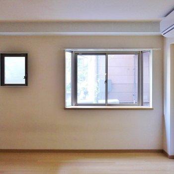 窓は合計で3箇所。※写真は103号室のもの