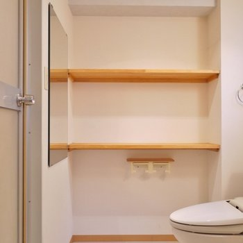 物置の多い洗面所。※写真は103号室のもの