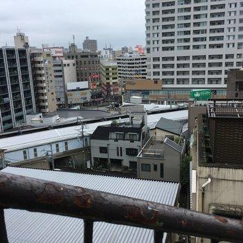 駅の近くにきました。高台にあるのでいい眺め。