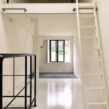 【2階】天井が高いですよ〜窓側に行くと…