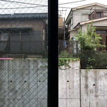【2階】眺望は道を挟んでお隣さん。