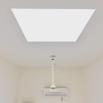 【ロフト】天井にはファンが付いています。