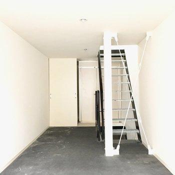【1階】玄関を入ると…奥にサニタリーがあります。