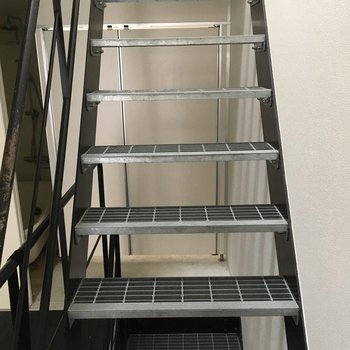 2階へ行ってみましょう〜階段もメッシュだ。