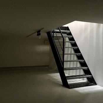 【地下】電気を付けないとこんな感じ。なんだか神秘的。