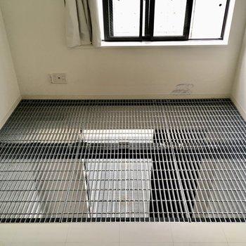 【2階】ひょえ!床がメッシュー!光を1階まで通します。