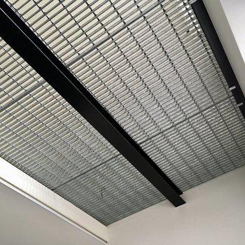 【1階】玄関を見上げるとメッシュの天井が。