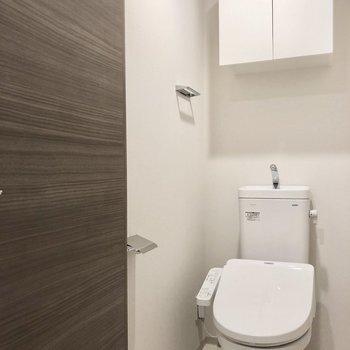 トイレもコンパクトですが落ち着く空間。※写真は2階の同間取り別部屋のものです