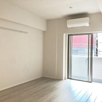 【LDK】壁にはピクチャーレールが。※写真は2階の同間取り別部屋のものです