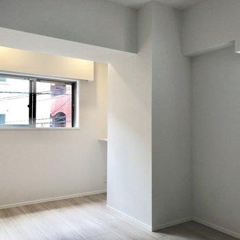 【洋室】右奥には棚が。※写真は2階の同間取り別部屋のものです