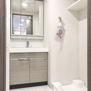 洗面所。清潔感たっぷりです。※写真は2階の同間取り別部屋のものです
