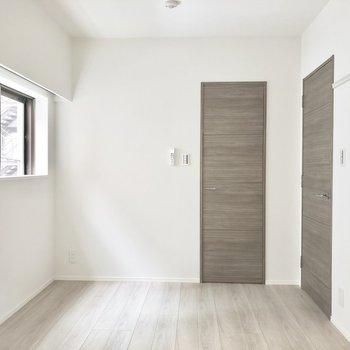 【洋室】嬉しい2面採光。※写真は2階の同間取り別部屋のものです