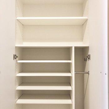 シューズボックス。右下には傘入れも。※写真は2階の同間取り別部屋のものです