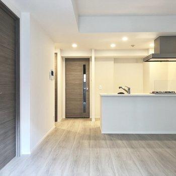 【LDK】シックな扉と広々とした居室が素敵です。※写真は2階の同間取り別部屋のものです