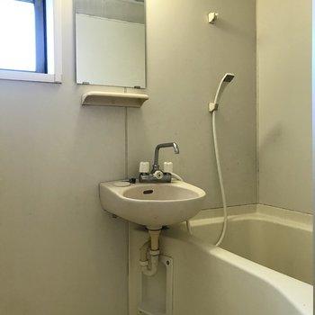 シャワーカーテンで水ハネを防止しましょう