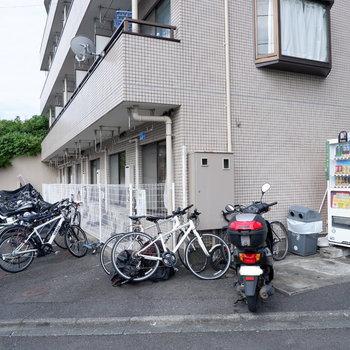 駐輪場、バイク置き場は階段下った1階部分です。