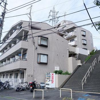エントランスは建物横階段を上がって3階部分になります。