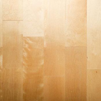 【イメージ】優しい色合いのバーチ無垢材を敷き詰めます。