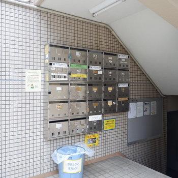 集合ポストもエントランス3階部分にあります。