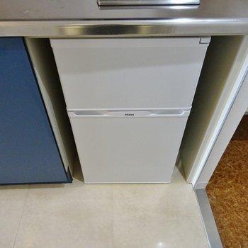 2ドア冷蔵庫完備。※写真は別部屋のもの