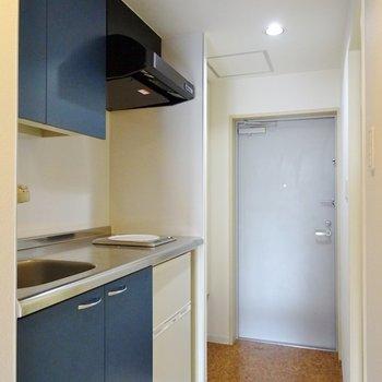 青が映えるキッチン。※写真は別部屋のもの