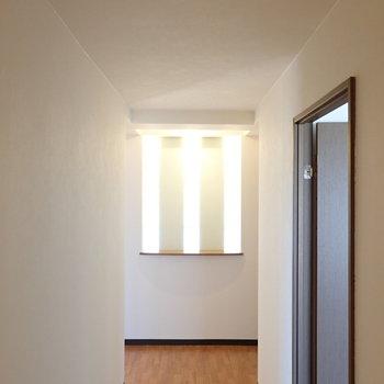 廊下にはシャレた光の細工が。
