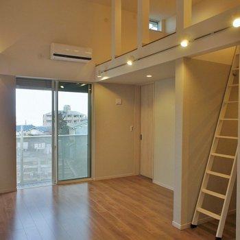 天井も高く開放的!。※写真は同タイプの別部屋