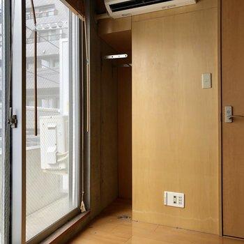 小さな収納スペース。※写真はクリーニング前のものです