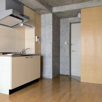 キッチンの横に冷蔵庫スペースも確保済みです。※写真はクリーニング前のものです
