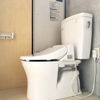 トイレは温水洗浄便器。※写真はクリーニング前のものです