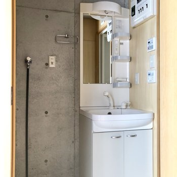 使いやすそうな洗面台と、横に洗濯機置き場。※写真はクリーニング前のものです