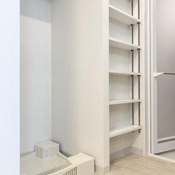 脱衣所に棚が!タオル類の収納も困りませんね。※写真は5階の同間取り別部屋のものです